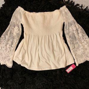 ✨Super cute lace detailed shoulder blouse! NWT